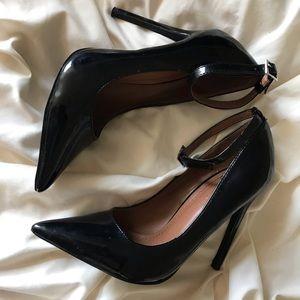 Black pointed toe heels 👠